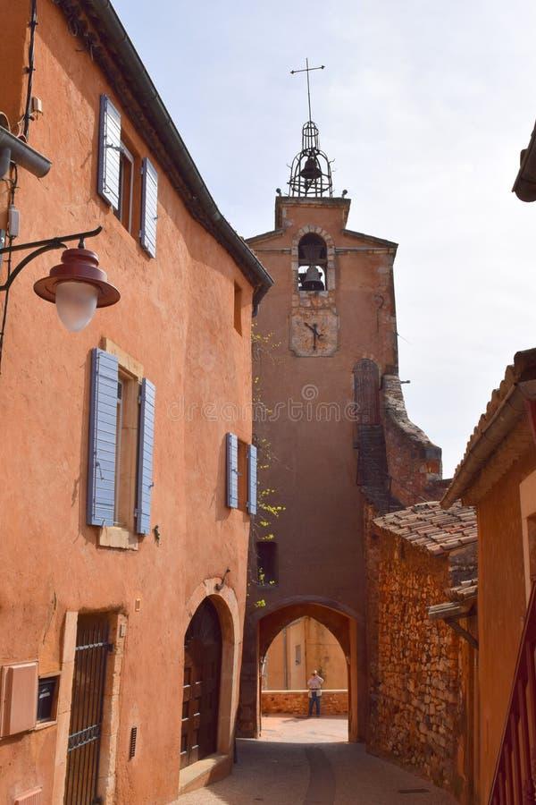 För Roussillon för klockatorn stad ocre stärkt kulle arkivfoton