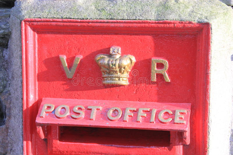 För Royal Mail för tappning brittisk ask röd viktoriansk stolpe royaltyfri foto