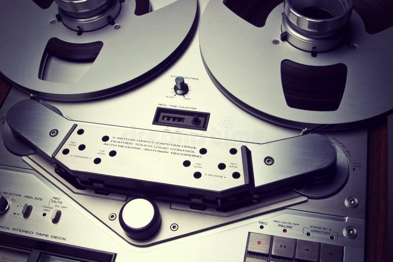 För rullbandspelardäck för parallell stereo öppet slut för apparat för meter för VU för registreringsapparat royaltyfria foton