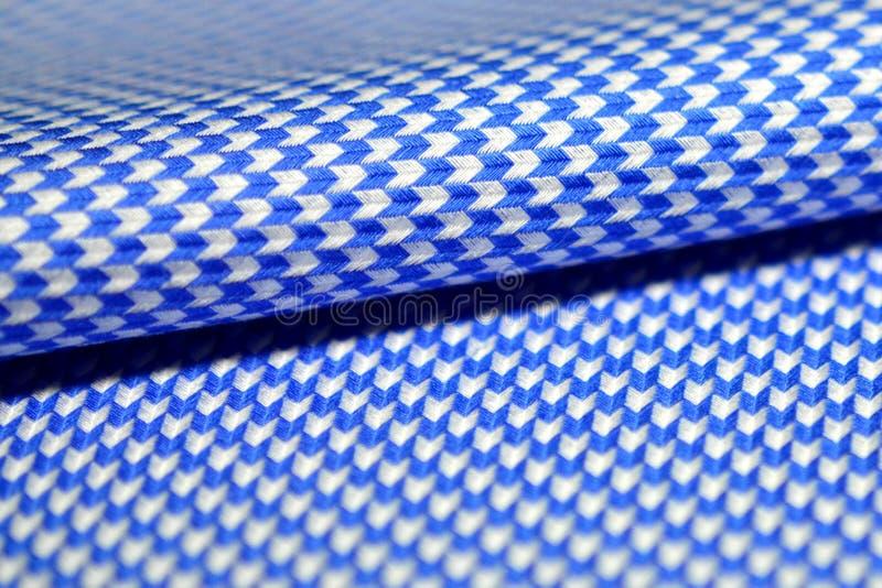 För rullpil för slut övre blått för tyg för modell och vit av skjortan arkivfoton