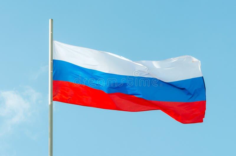 för russia för tillgänglig flagga glass vektor stil Vinkande färgrik Ryssland flagga på blå himmel arkivbild