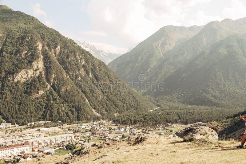 För Ryssland Caucas för Kaukasus berg by elbrus arkivfoton