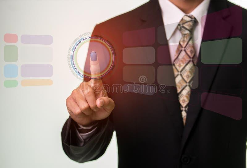 För säkerhetsknapp för affärsman trängande begrepp för internet och för nätverkande royaltyfri foto