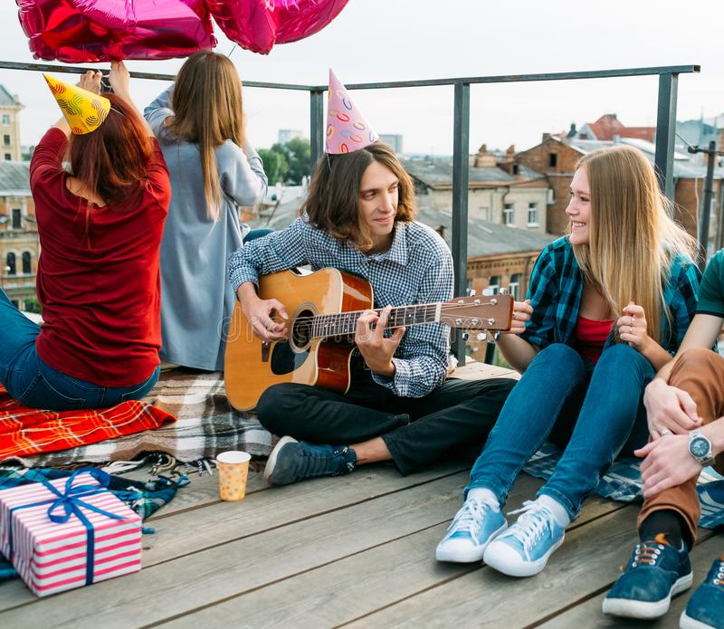 För sånggitarr för lycklig födelsedag lyckönskan för pojke royaltyfri bild