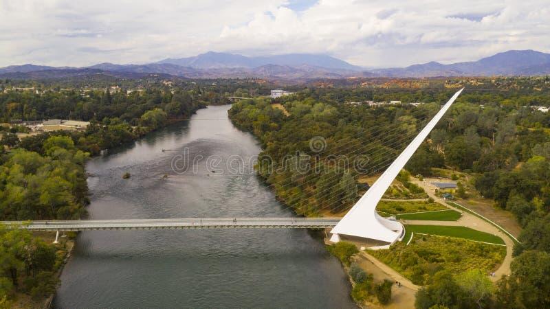 För Sacramento River Redding Kalifornien för flyg- sikt Choop översittare berg arkivfoton