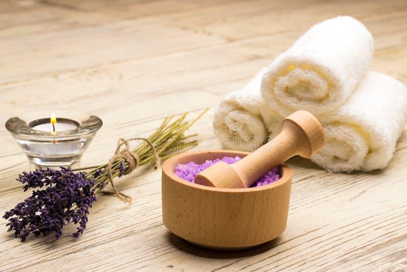 För salt stearinljus för tvål handduktabell för lavendel wood arkivbild