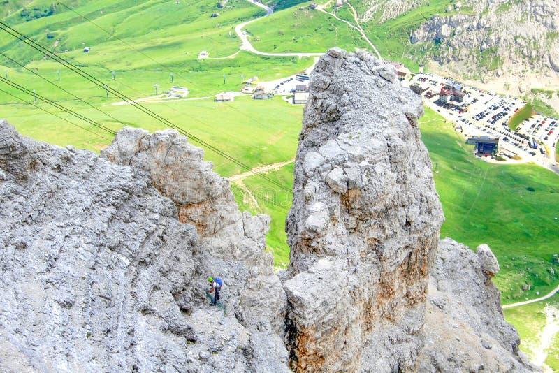 För SassPordoi för klättrare stigande massiv berg, Dolomitesfjällängar, Italien arkivfoto