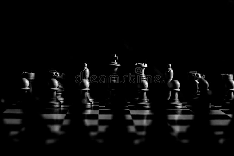 För schackstrid i dramatiskt svartvitt arkivbild