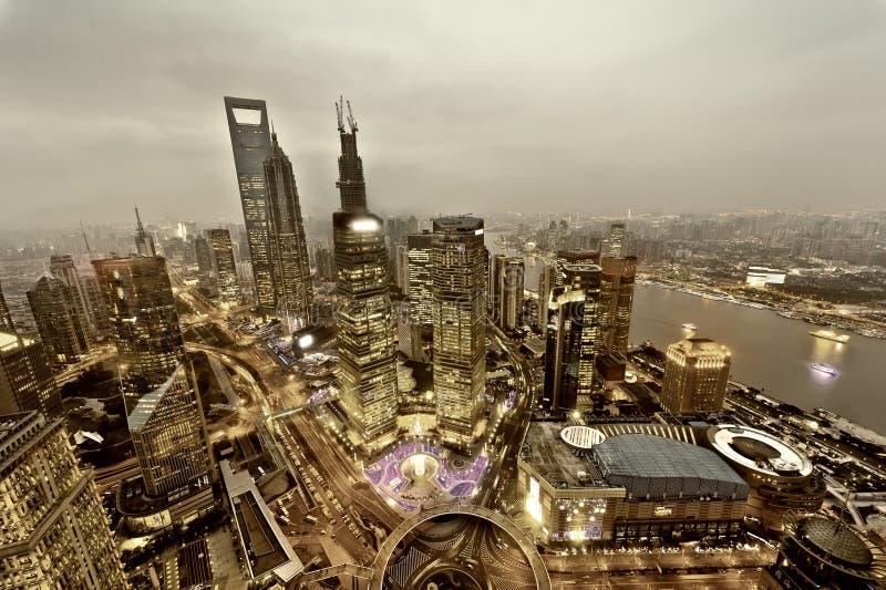 för shanghai för flod för åt sidan center finansiell huangpulujiazui orientalisk pärlemorfärg sikt för tv torn Shanghai Lujiazui arkivfoto