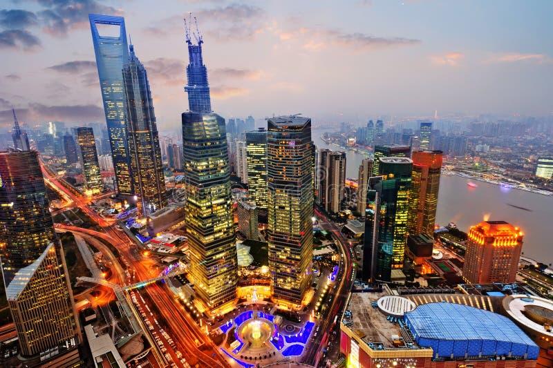 för shanghai för flod för åt sidan center finansiell huangpulujiazui orientalisk pärlemorfärg sikt för tv torn Shanghai Lujiazui fotografering för bildbyråer