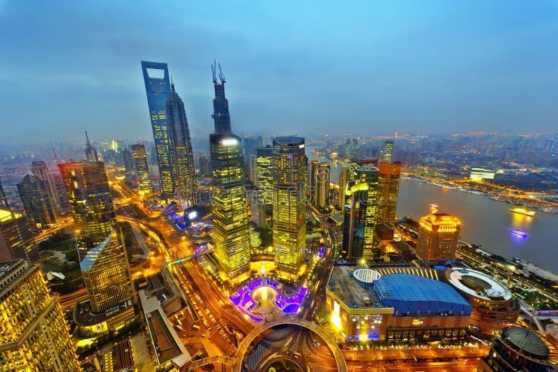 för shanghai för flod för åt sidan center finansiell huangpulujiazui orientalisk pärlemorfärg sikt för tv torn Shanghai Lujiazui royaltyfri foto