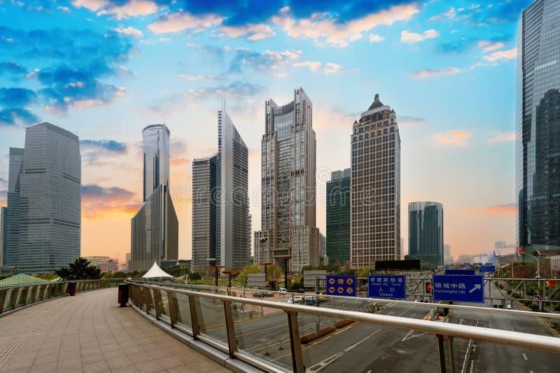 för shanghai för flod för åt sidan center finansiell huangpulujiazui orientalisk pärlemorfärg sikt för tv torn Shanghai Lujiazui royaltyfri fotografi