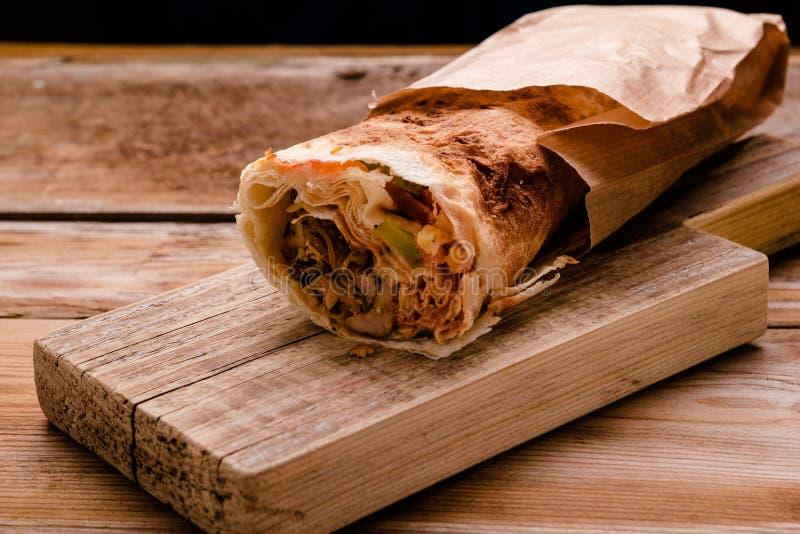För Shawarma för Doner kebabgyroskop rulle nötkött i smörgås för pittabrödsjal på träbakgrund kopiera avstånd royaltyfria foton
