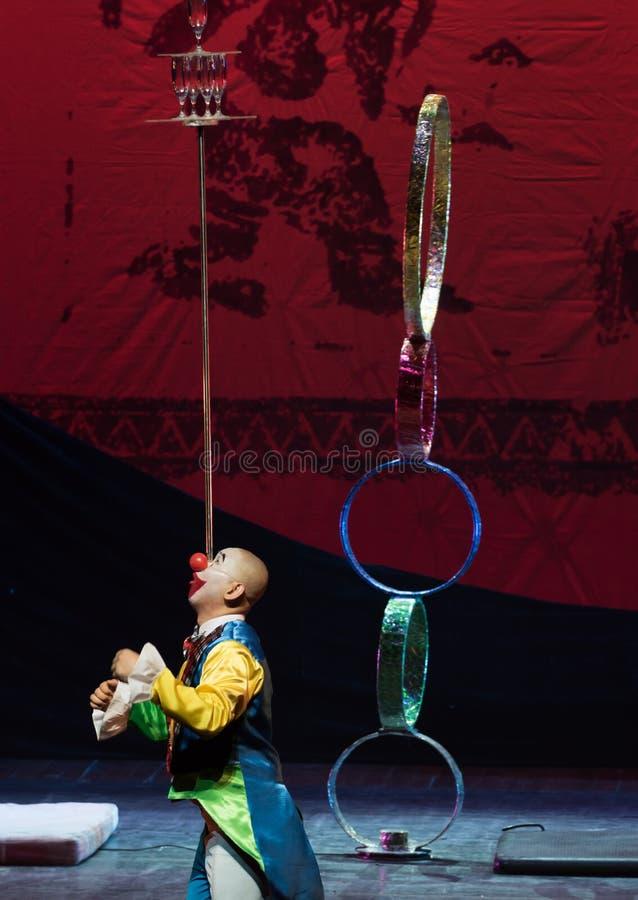 För showBaixidröm för clown glass överkant-akrobatisk natt arkivbilder