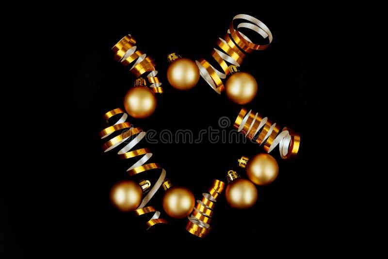 För silverdeco för härlig jul guld- struntsaker på bakgrund för mörk svart royaltyfri foto