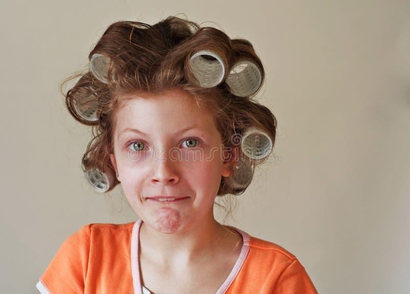 för sinnesrörelseflickan för 9 hårrullear hår blidkar gammalt s-år royaltyfri bild
