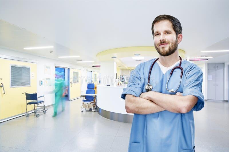 För sjukhusakutmottagning för doktor modern stående för frontal fotografering för bildbyråer