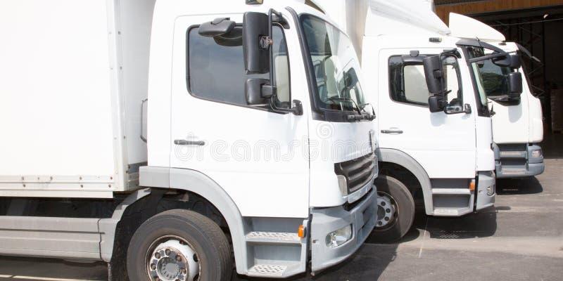 För skåpbil vit för den åtskilliga leveransen parkerar den lilla lastbilen trans. arkivbild