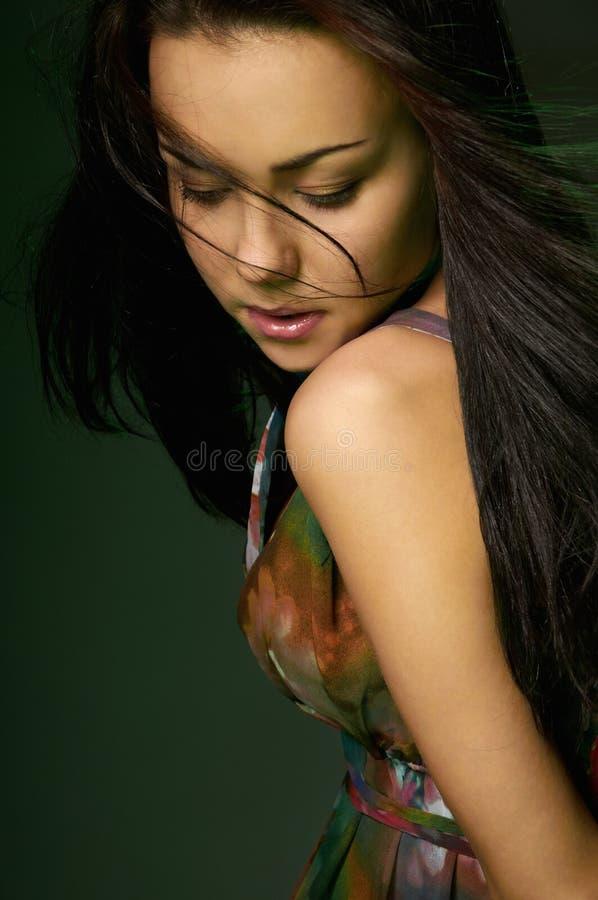 för skönhet som kvinnlig ner ser modellen royaltyfri bild