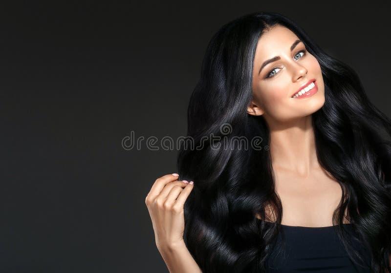 För skönhetkvinna för svart hår härlig stående Lockig hai för frisyr royaltyfri fotografi