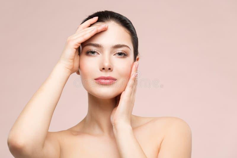 För skönhetmakeup för kvinna naturlig stående, modemodell Touching Face vid händer, härlig flickahudomsorg och behandling royaltyfria foton