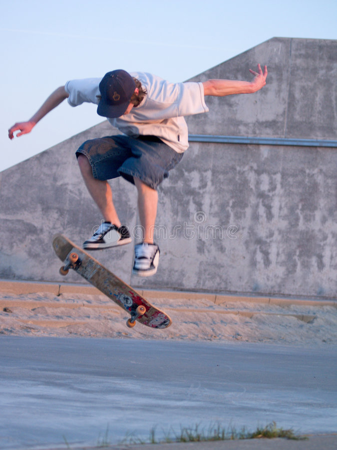 för skateboardskateboradåkare för ollie ollieing barn royaltyfria foton