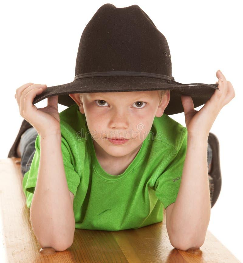 För skjortacowboyen för pojken lägger den allvarliga gröna blicken för hatten royaltyfri fotografi