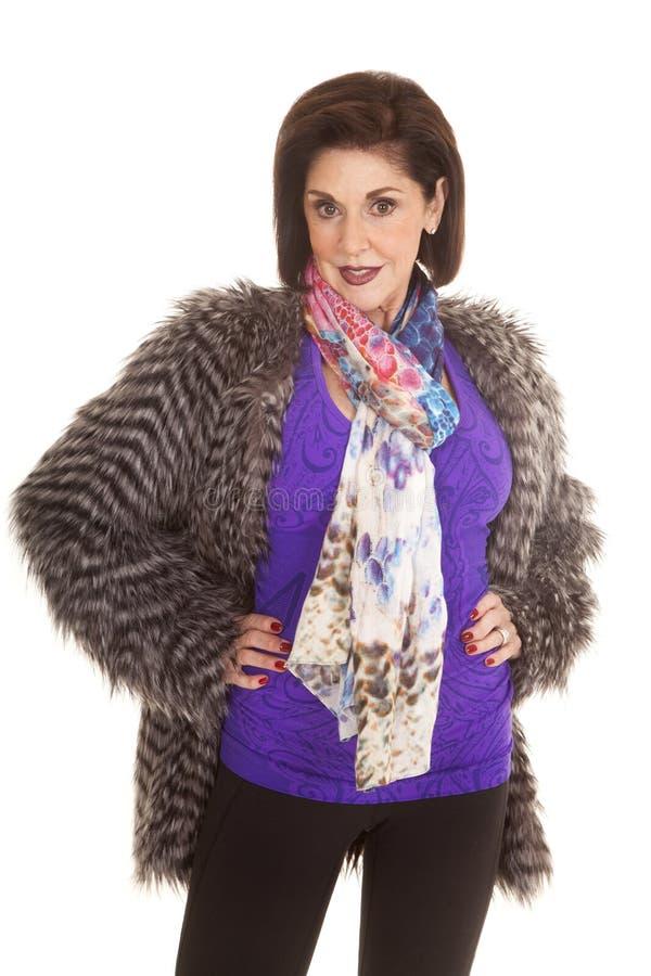 För skjortapäls för kvinnan räcker det purpurfärgade laget höfter arkivfoto