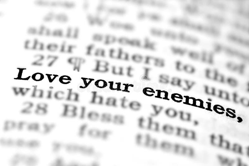 För Skriftencitationstecken för ny testament förälskelse dina fiender arkivbild