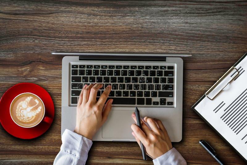 För skrivbordarbete för bästa sikt begrepp för kontor arkivbild