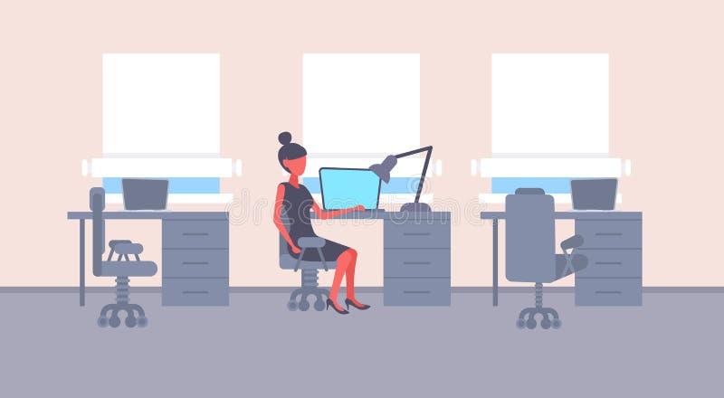 För skrivbordarbetsplats för affärskvinna sittande lägenhet för kvinnligt för tecknad film för bärbar dator för kvinna för affär  vektor illustrationer