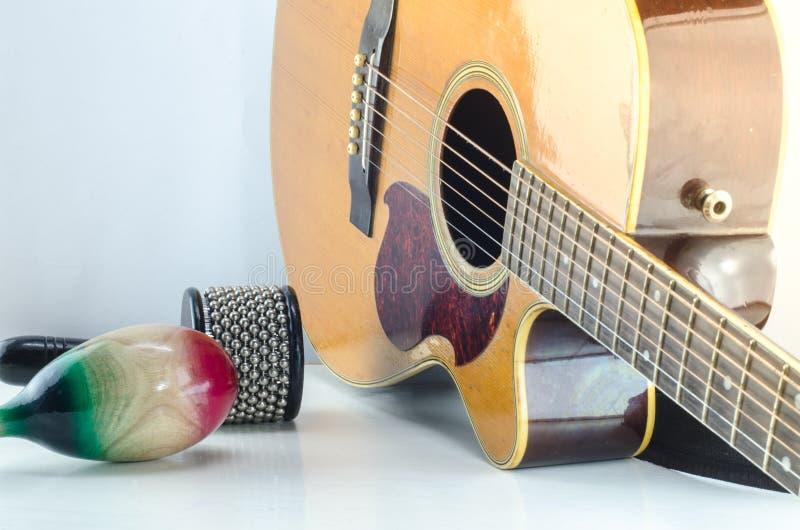 För slagverktillbehör för akustisk gitarr bakgrund för vit arkivbilder