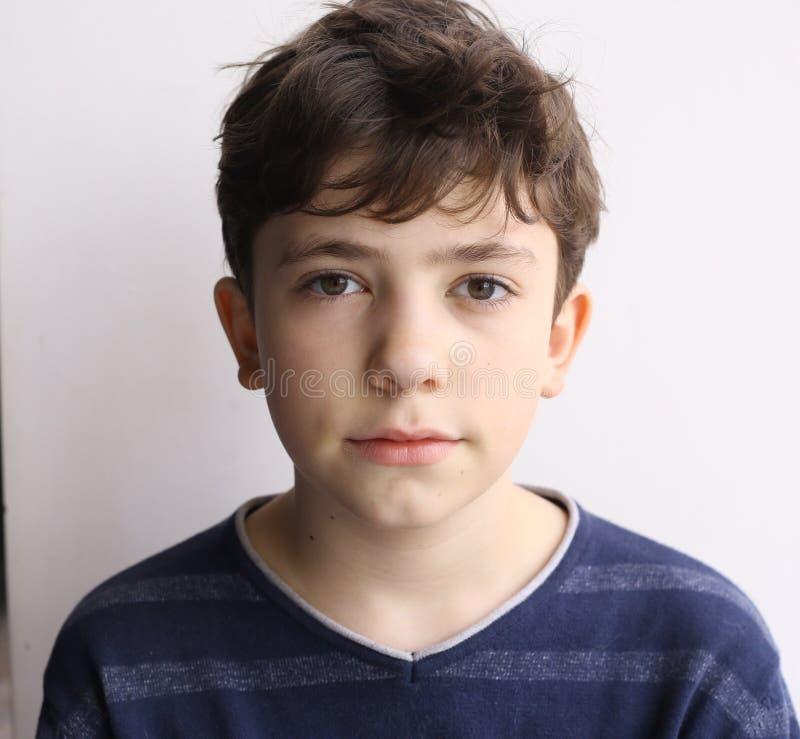 För slavicpojke för tonåring eiropean slut upp den lyckliga ståenden arkivbild