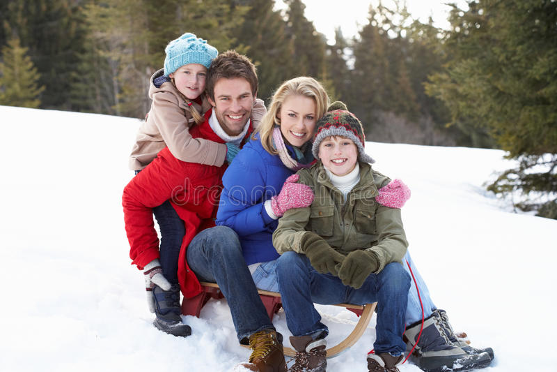 för sledsnow för familj sittande barn arkivfoto