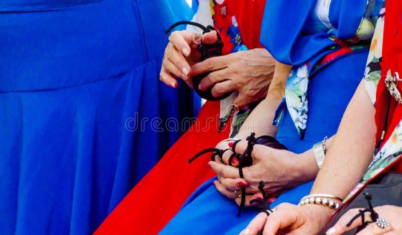 För slut händer upp med kastanjetter av kvinnor under presentationsnollan royaltyfri fotografi