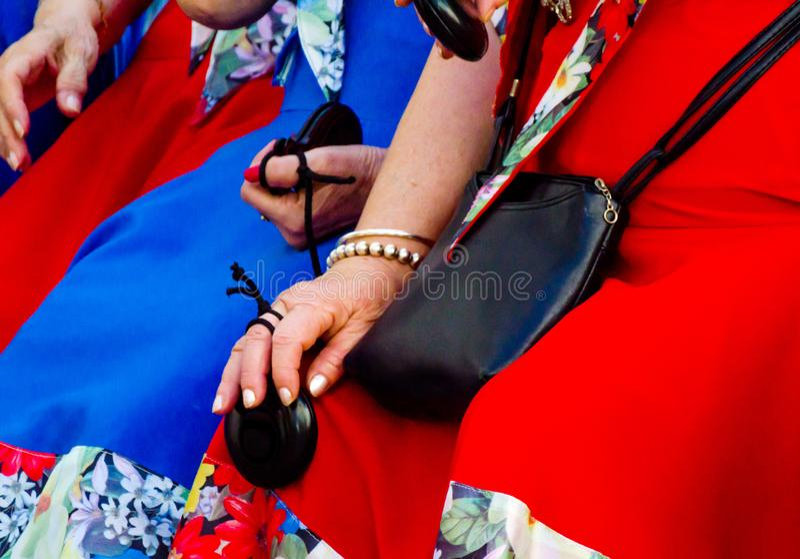 För slut händer upp med kastanjetter av kvinnor under presentationsnollan fotografering för bildbyråer