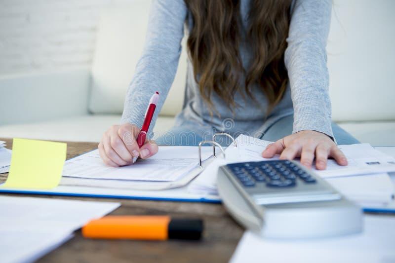 För slut händer upp med pennan av kvinnalidandespänningen som gör inhemska redovisningsskrivbordsarbeteräkningar arkivfoton