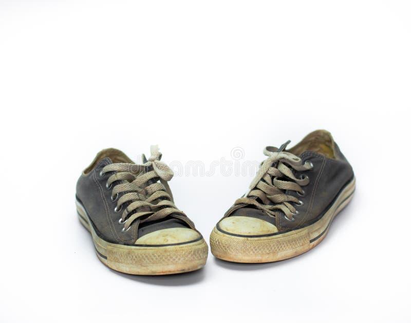 För slut smutsig sko upp på vit bakgrund för isolat, övre sko för slut, smutsiga blåttskor på den vita bakgrunden, kanfasblåttsko royaltyfria foton