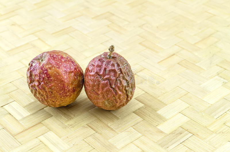 För slut torr brunt upp av Passionfruit Passiflora som är edulis på bambu royaltyfri foto