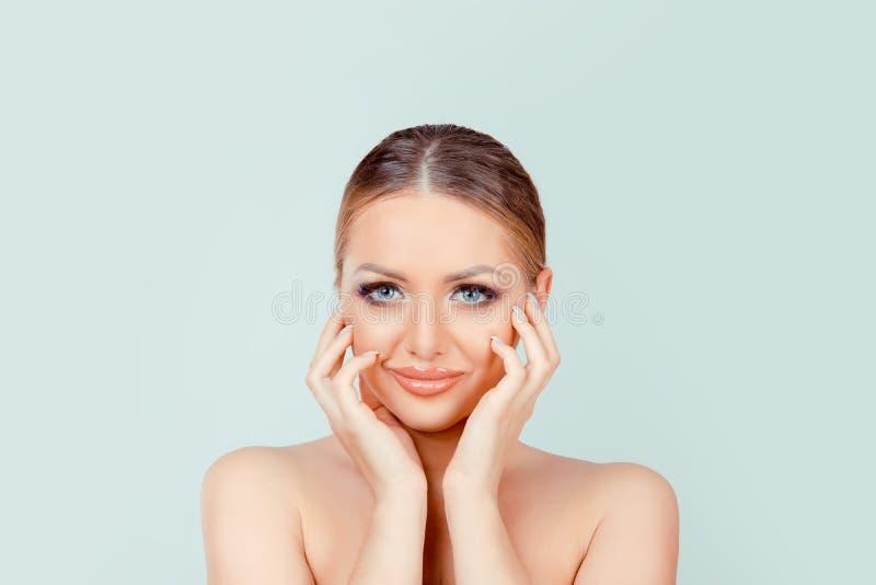 För smokeyögon för skönhet som ljus hud för makeup ser dig kamera royaltyfria bilder