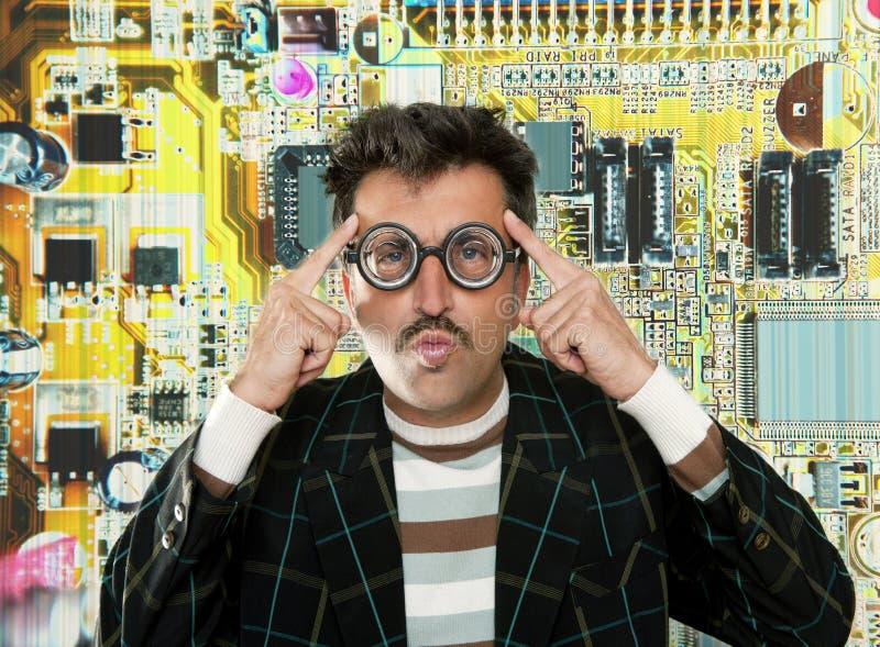 för snilleman för elektronisk tekniker tänka för tech för nerd arkivfoto
