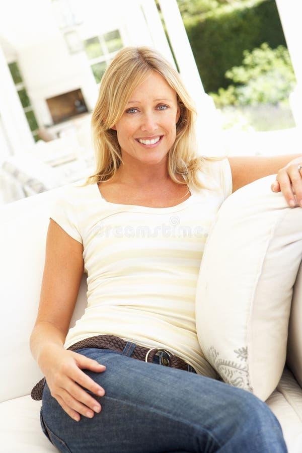 för sofakvinna för stående avslappnande barn royaltyfria foton
