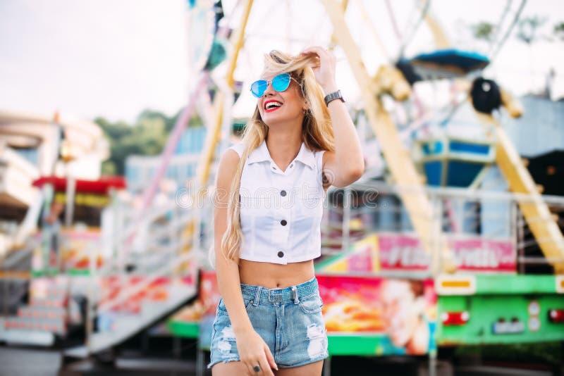 För solglasögonnärbilden för den härliga blonda kvinnan lurar den bärande ståenden av en ung sexig flickahipster i modeet för par arkivfoton