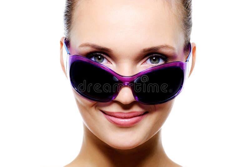 för solglasögonviolet för mörk framsida le kvinna fotografering för bildbyråer