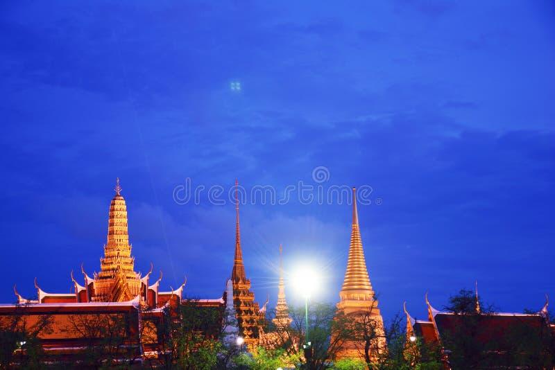 För solnedgång och tempel royaltyfri fotografi