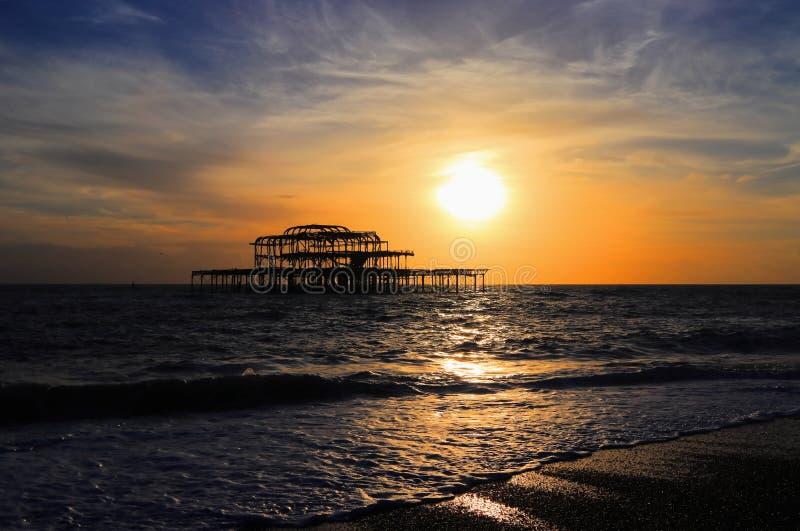 För solnedgång på den västra pir i Brighton på sydkusten av England Förenade kungariket fotografering för bildbyråer
