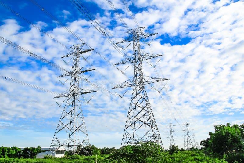 För spänningsmakt för elektricitet hög pylon royaltyfria foton