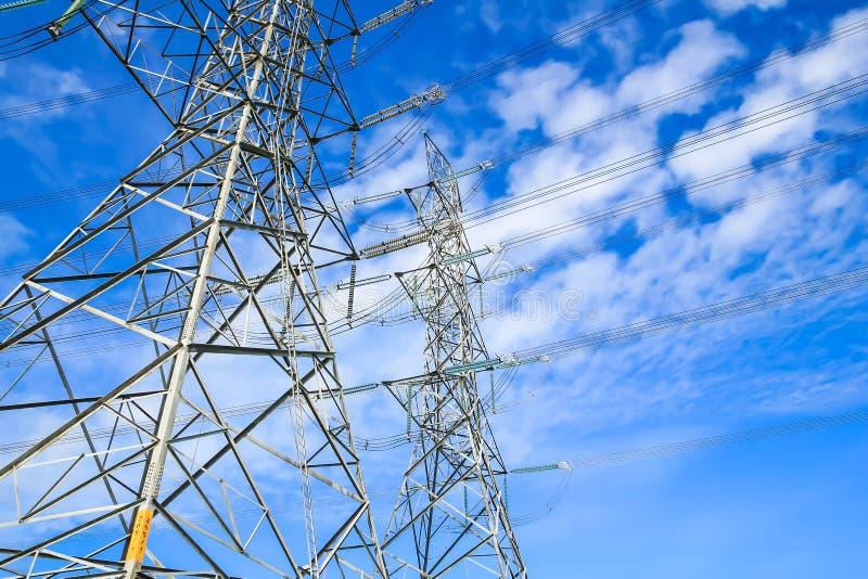 För spänningsmakt för elektricitet hög pylon royaltyfri fotografi