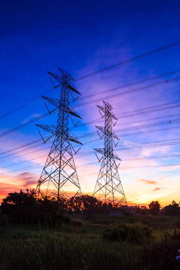 För spänningsmakt för elektricitet hög pylon royaltyfri bild