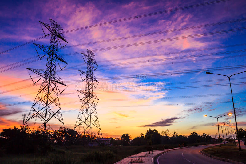 För spänningsmakt för elektricitet hög pylon arkivbilder